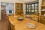 Ample kitchen / breakfast table